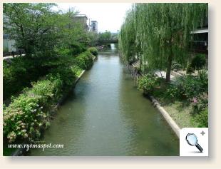 寺田屋前の川