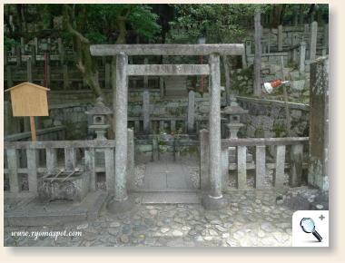 龍馬の墓と中岡慎太郎の墓